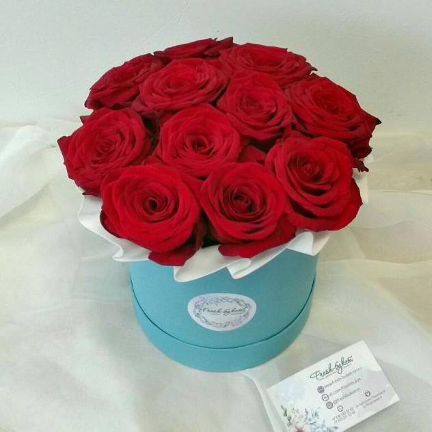 Шляпная коробочка с бордовыми розами
